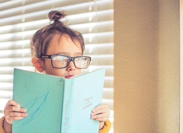 眼鏡をかけた子ども