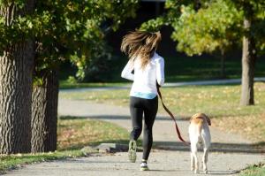 犬とランニングをしている女性