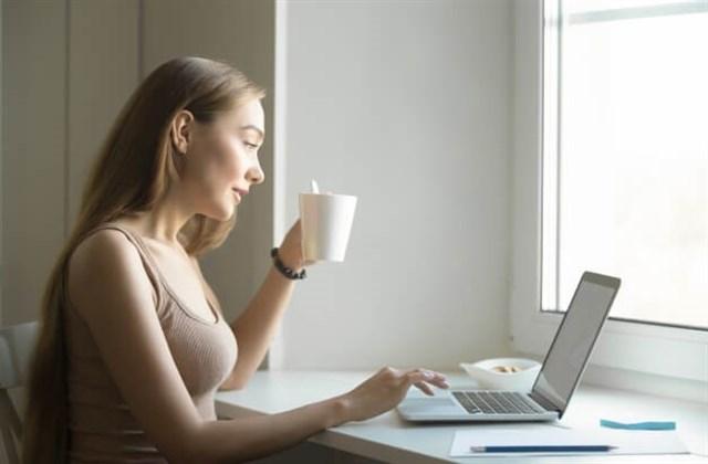 PCを見ている女性