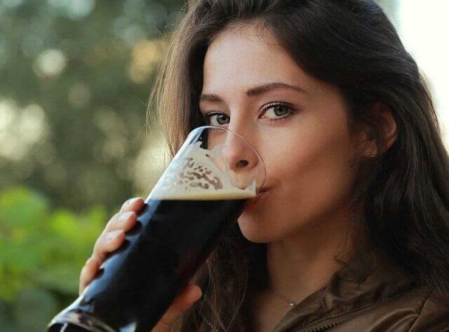 ビールを飲む美女