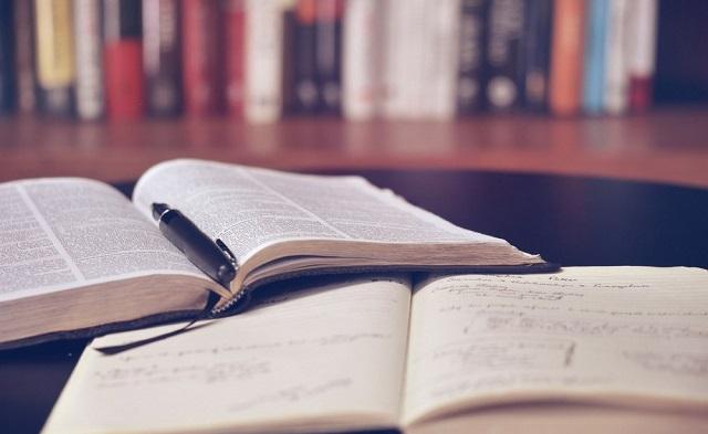 開いたノートと本