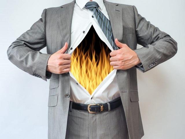 胸が燃えている男性