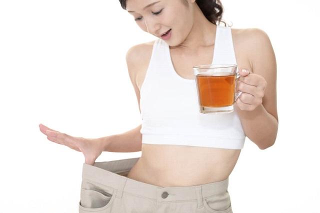 烏龍茶を持っている女性