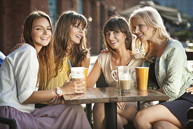 4人の女性が飲み物を飲んでいる